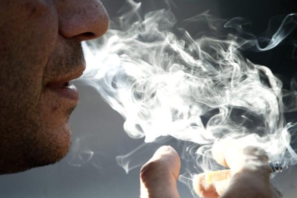 धूम्रपान बढ़ाता है फेफड़ों के कैंसर का खतरा