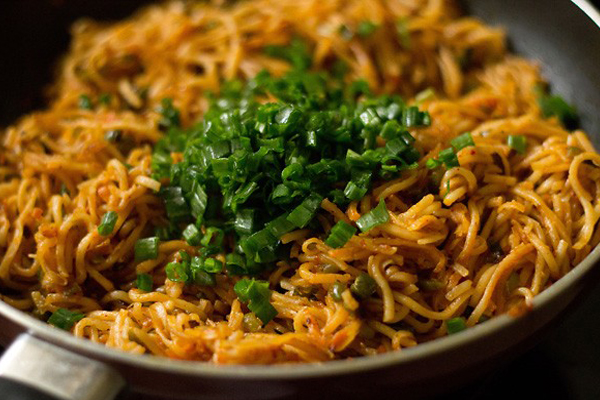 घर पर ऐसे बनाएंSpicy Stir Fry Noodles with Schezwan Sauce.....