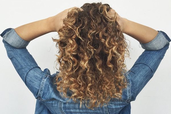 घुंघराले बालों की ऐसे देखभाल करें, इन बातों का रखें ध्यान