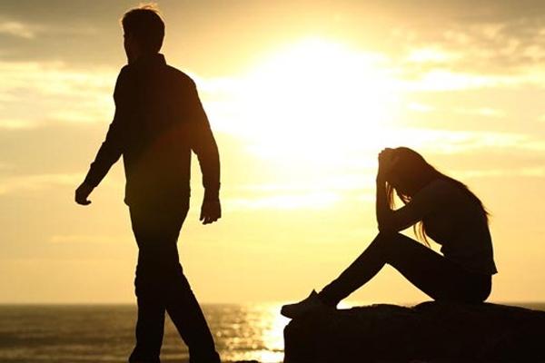 इन खराब आदतों की वजह से आने लगती है  रिश्तों में दरार