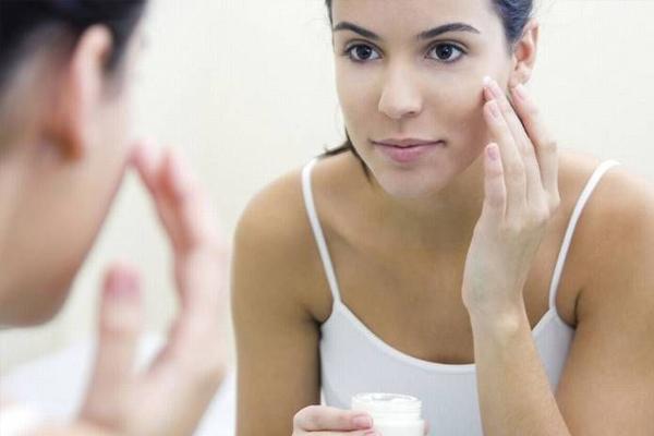त्वचा को बेजान कर सकती है ये गलतियां, सर्दियों में ऐसे करें देखभाल