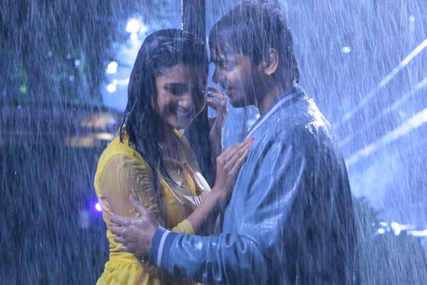 जानें, बारिश के मौसम में डेट करने के रूमानी टिप्स