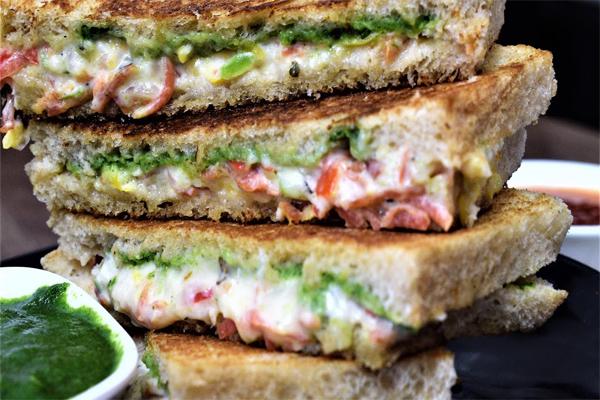 घर पर ऐसे बनाएं ट्रिपल वेज ग्रिल्ड सैंडविच